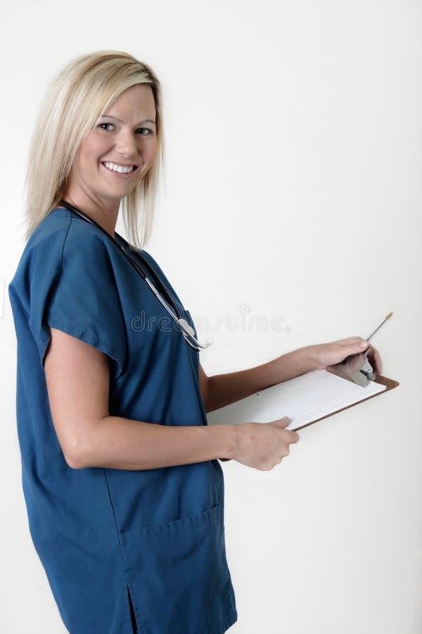 Freundliches Krankenschwesterholdingklemmbrett lizenzfreies stockfoto