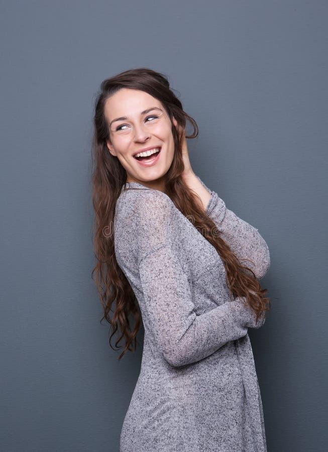 Freundliches Lachen der jungen Frau stockfotos