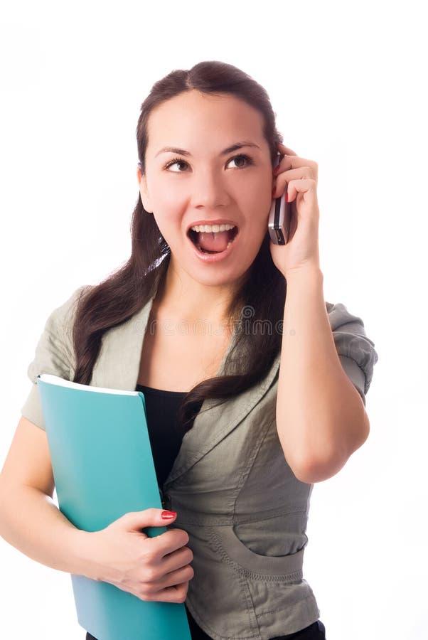 Freundliches Mädchen, das auf dem Mobiltelefon spricht stockbilder