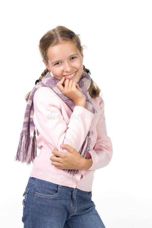 Freundliches Mädchen in einer rosafarbenen Bluse mit einem Schal lizenzfreie stockbilder
