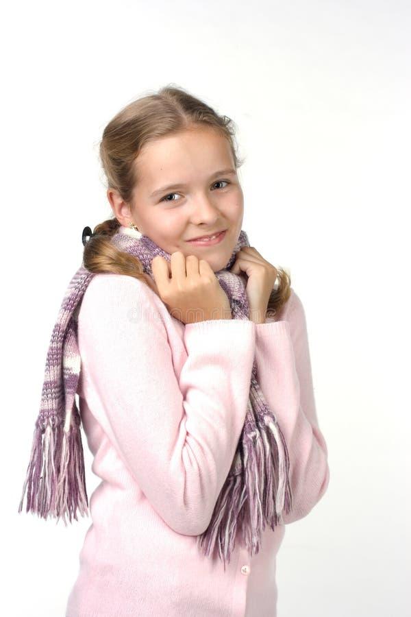 Freundliches Mädchen in einer rosafarbenen Jacke mit einem Schal lizenzfreie stockfotografie