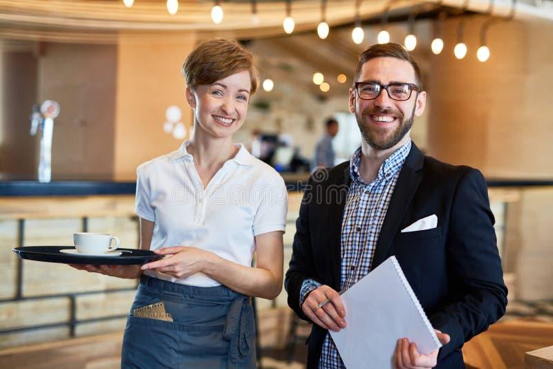 Freundliches Restaurant-Personal stockfoto
