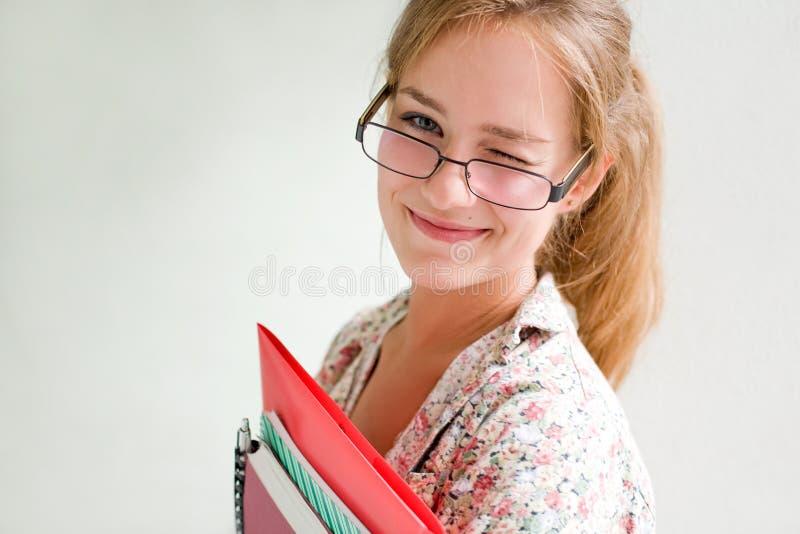 Freundliches schönes junges Kursteilnehmermädchen. stockbild