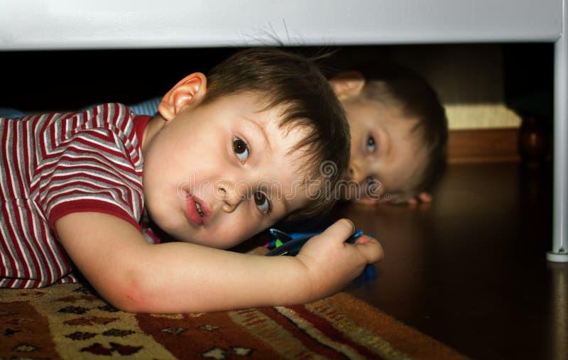 Freundliches Spiel der Kinder stockfotos