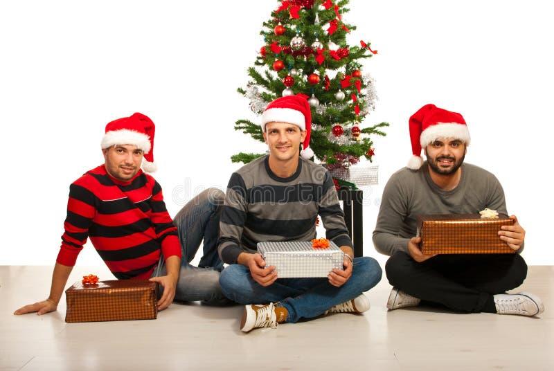 Freundmänner mit Weihnachtsgeschenken lizenzfreie stockbilder