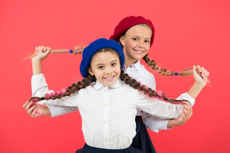 Freundschaft bedeutet Unterstützung Beste Freunde der Mädchen auf rotem Hintergrund Echte Freunde stehen immer neben Ihnen Nettes stockbild