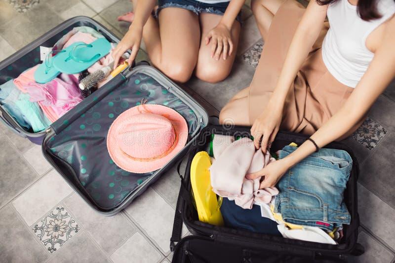 Freundschaft Reise Zwei asiatische junge Freundinnen, die ein trav verpacken stockbild