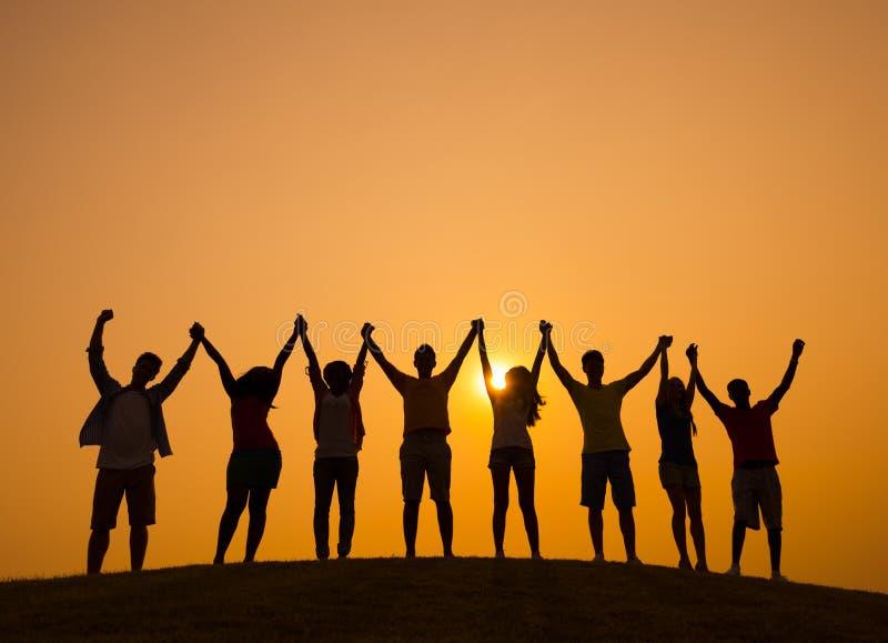 Freundschafts-Leute-Zusammengehörigkeits-Glück-draußen Konzept lizenzfreie stockfotografie
