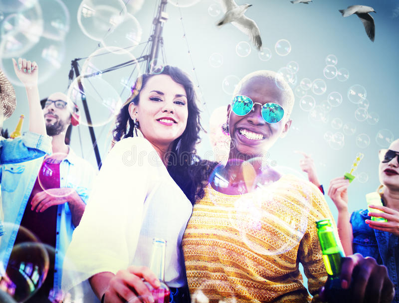 Freundschafts-Tanzen-Abbinden-Strand-Glück-frohes Konzept stockfotografie