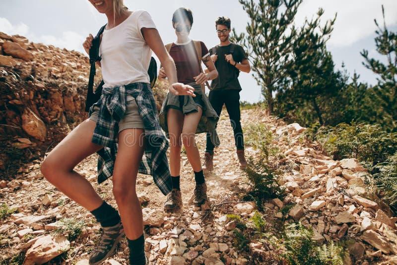 Freundtrekking hinunter einen Hügel an einem Feiertag stockfotos