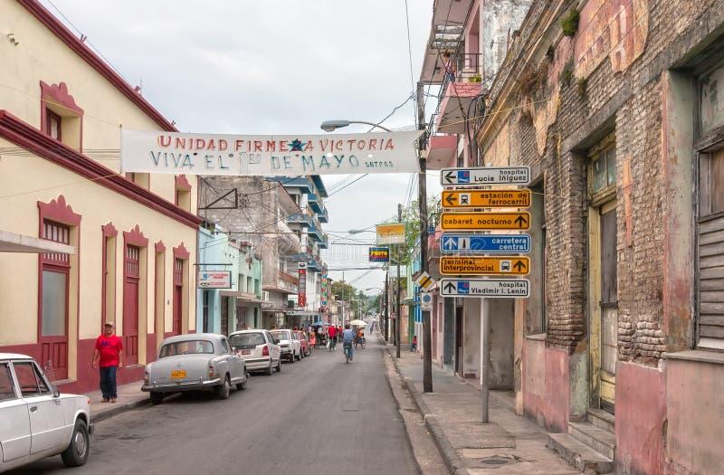 Frexes gata med lokaler, bilar, strettecken och banderollen arkivfoto