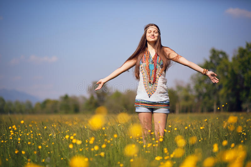 Fri hippie i solig äng royaltyfri bild