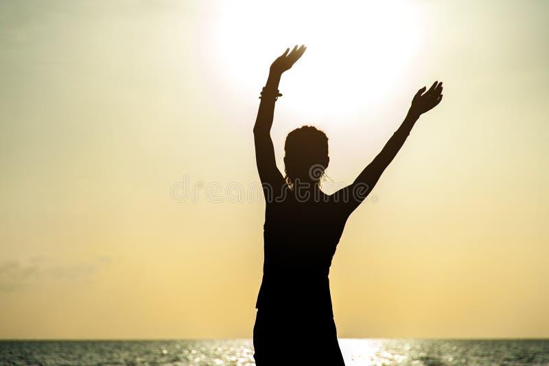 Fri lycklig kvinna som lyfter armar arkivfoto