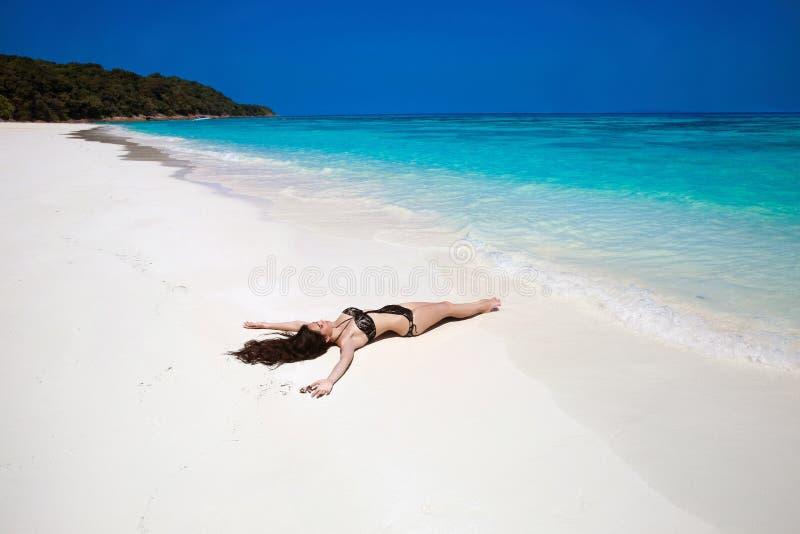 Fri lycklig kvinna som tycker om den tropiska strandnaturen wellness Trave royaltyfri bild