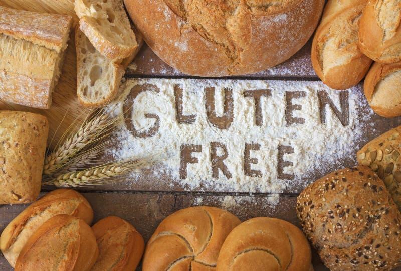 Fria bröd för gluten på wood bakgrund arkivfoton