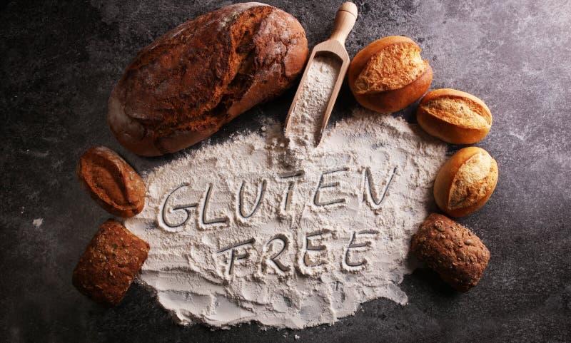 fria bröd för gluten, skriftligt glutenfreeord och brödrullar på G arkivfoto