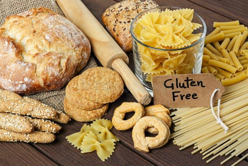 Fria foods f?r en gluten p? tr?bakgrund fotografering för bildbyråer