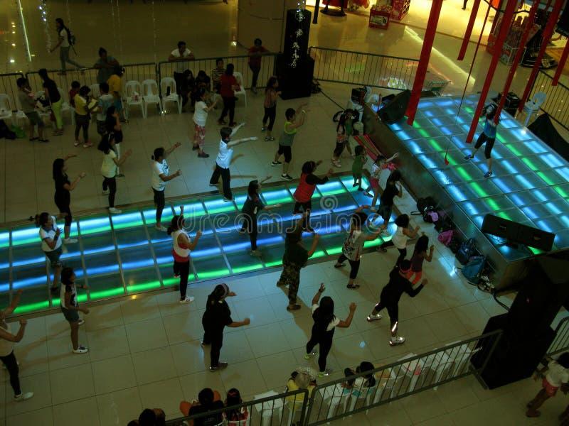 Fria kurser för aerobisk övning på Fisher Mall, Quezon stad, Filippinerna royaltyfri bild