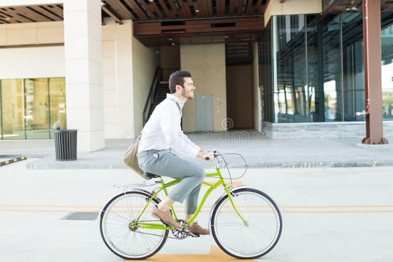 Fria passform och förorening för affärsmanRiding Bike To stag arkivfoto
