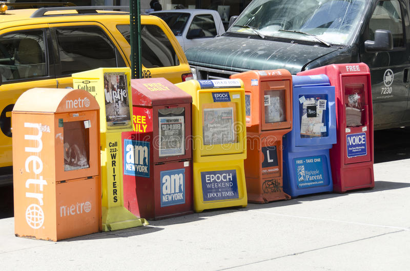 Fria tidningsutmatare i en gata av Manhattan arkivbild