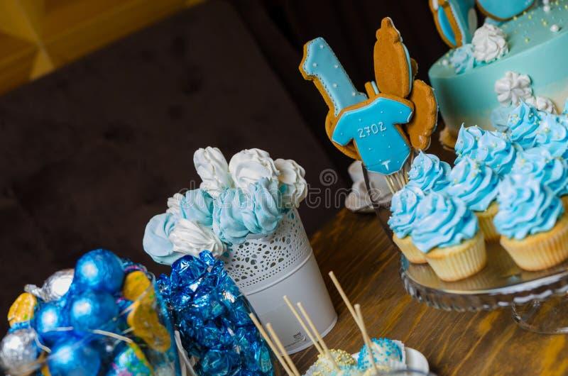 Friandise Buffet doux délicieux avec des petits gâteaux photos libres de droits