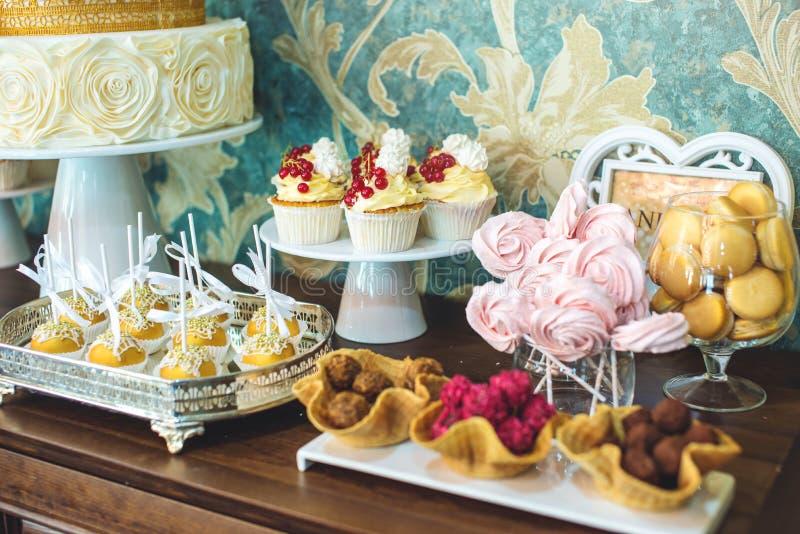 Friandise l'épousant de luxe avec un beau gâteau blanc décoré des ornements d'or Concept des desserts chics de mariage images stock