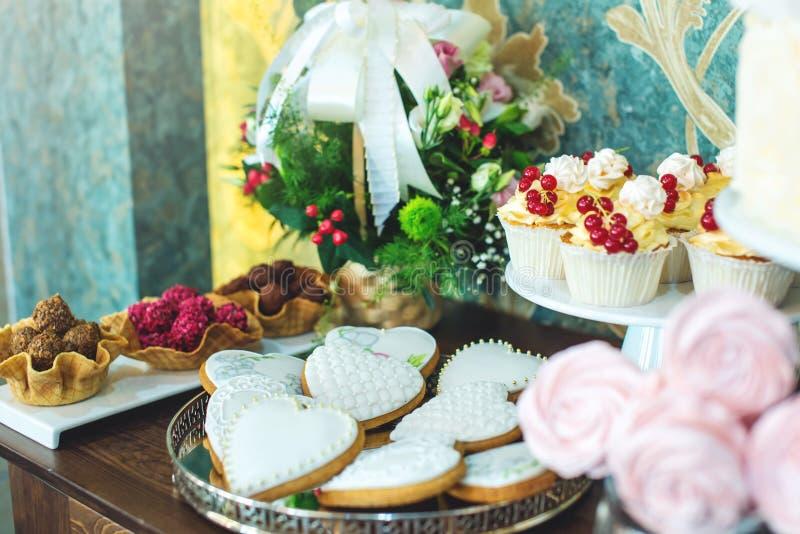 Friandise l'épousant de luxe avec un beau gâteau blanc décoré des ornements d'or Concept des desserts chics de mariage photos libres de droits