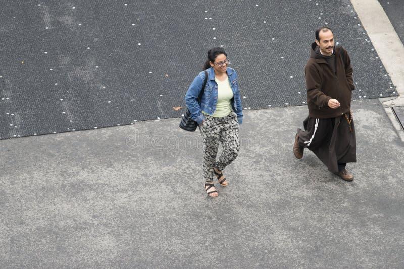 Friar που συνοδεύεται από μια γυναίκα στοκ εικόνες