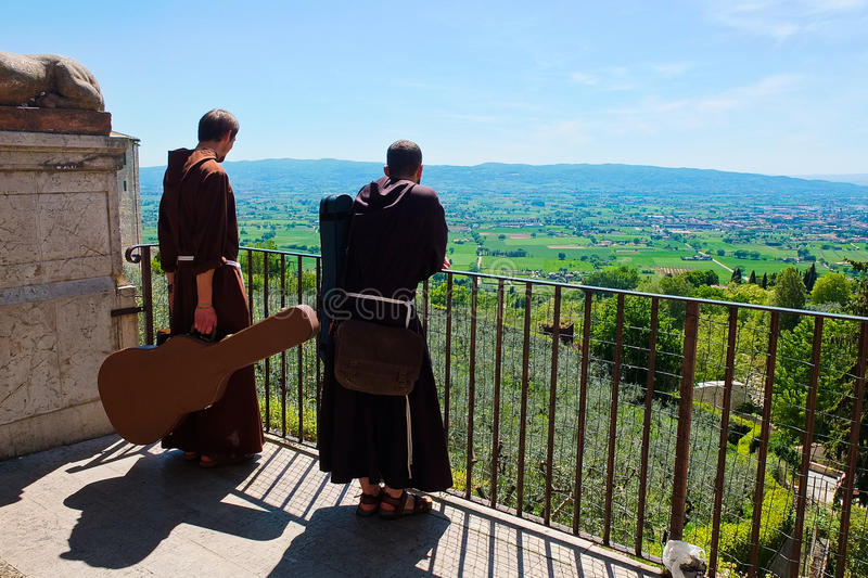 Friars με την κιθάρα στην πόλη Assisi στοκ εικόνες με δικαίωμα ελεύθερης χρήσης