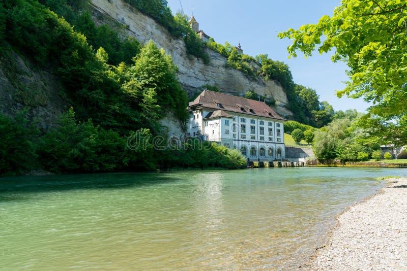 Fribourg, franco/Suíça - 30 de maio de 2019: construção hidroelétrico histórica do central elétrica no rio Saane na cidade de Fri fotos de stock