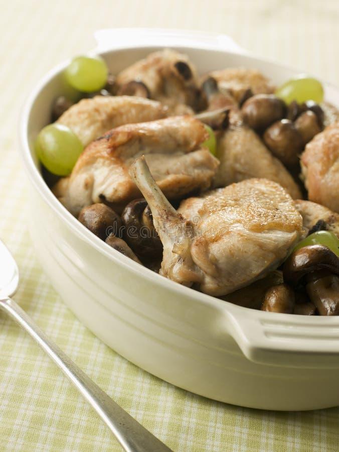Fricassee des champignons de couche et des raisins de poulet images libres de droits
