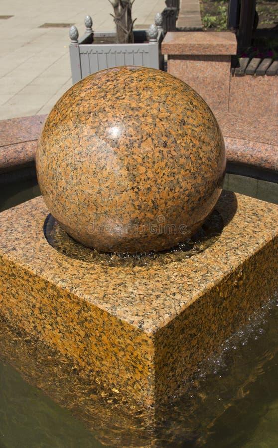 Frictionless marmurowa pi?ka, Kamienna Balowa fontanna lub Sp?awowa sfery kuli ziemskiej fontanna, obrazy stock