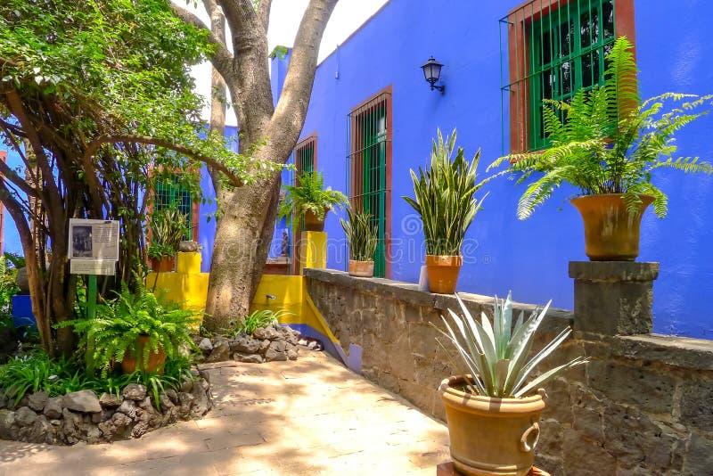 Frida Calho蓝色房子庭院  免版税库存照片