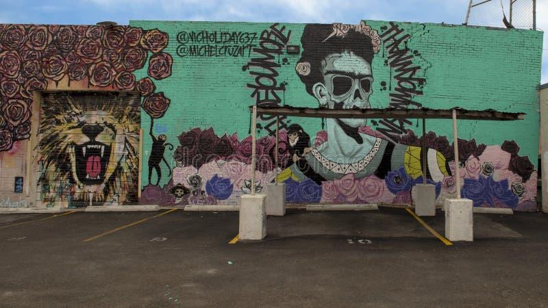 Frida door Mike Cruz en Schoonheid en de muurschildering van de Koningsmuur door Leighton Autrey, Diepe Ellum, Texas royalty-vrije stock foto