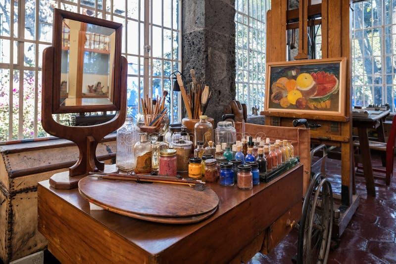 Frida Kahlo-Malereigeräte bei Frida Kahlo Museum in Mexiko City lizenzfreie stockbilder