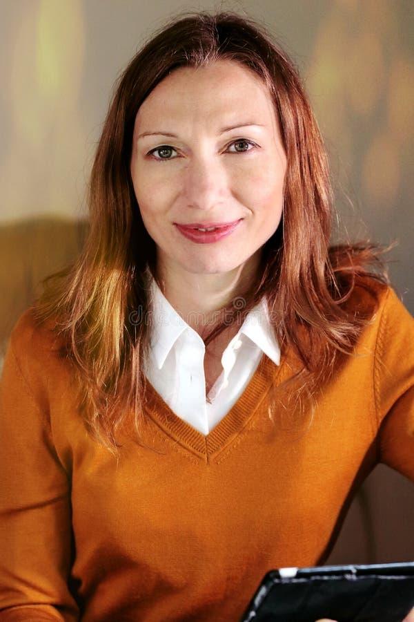 Fridfull kvinna som konsulterar personligt lån för online-bankkontopengar arkivbilder