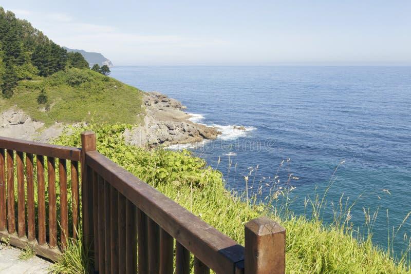 Fridfull seascape från en balkong i Ea, baskiskt land, Spanien royaltyfri foto