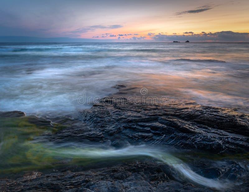 Fridfull seascape och sista ljus, Constantine Bay, Cornwall royaltyfria foton