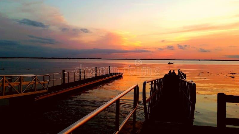 fridfull solnedgång royaltyfri bild