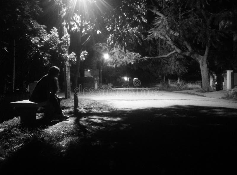 Fridfulla nätter mono kontur, gångbanaensamhet royaltyfria foton