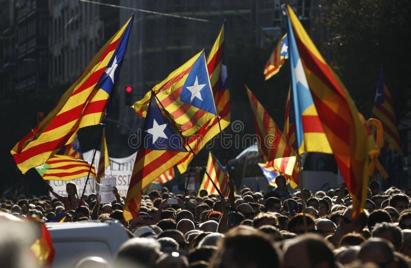 Fridfullt protest mot gripandena av två Catalan separatistledare och att begära deras befrielse royaltyfri fotografi