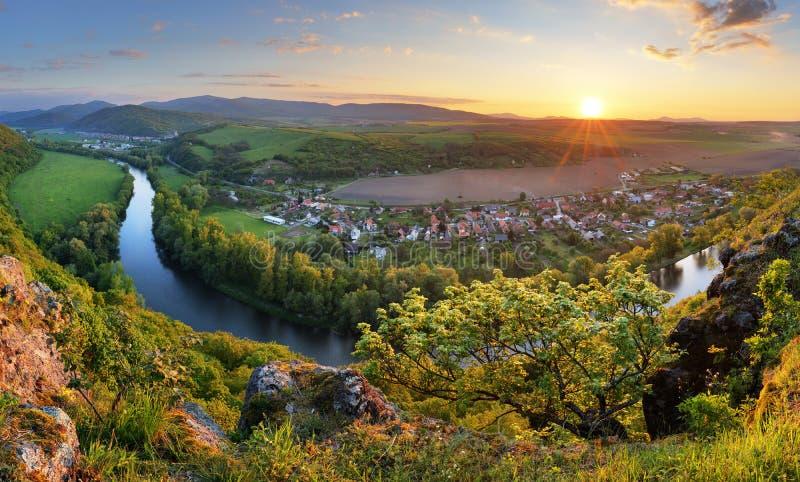 Fridfullt solnedgånglandskap vid den Hron floden, Slovakien royaltyfria bilder