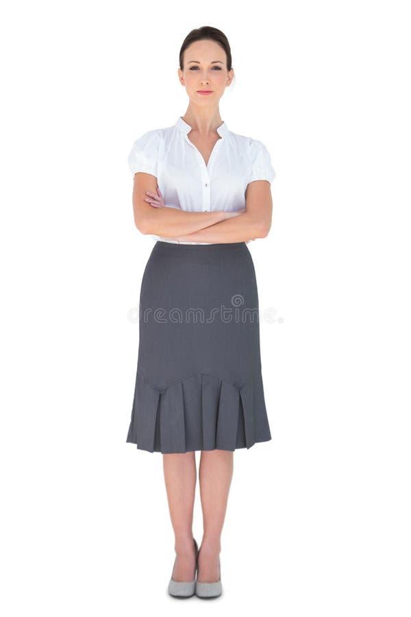 Fridsam affärskvinna som poserar korsningen armar royaltyfri foto