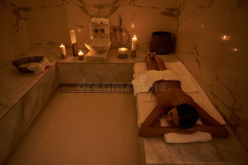 Fridsam atmosfär av det turkiska badet med stearinljus i mörkret royaltyfria bilder