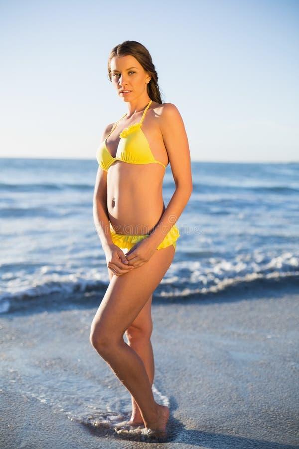 Fridsam attraktiv kvinna i bikinin som poserar i havet royaltyfria foton