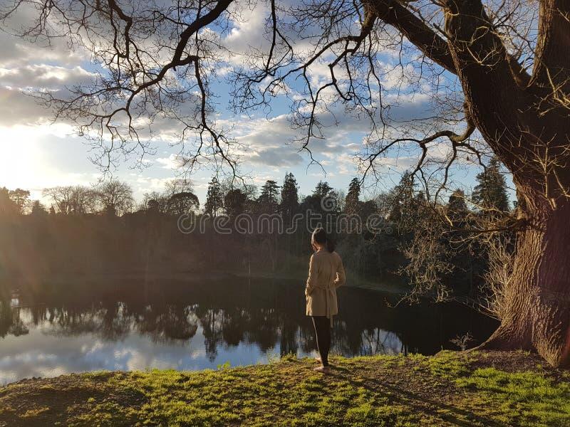 Fridsam bild av en person som tänker djupt i naturligt landskap arkivbilder
