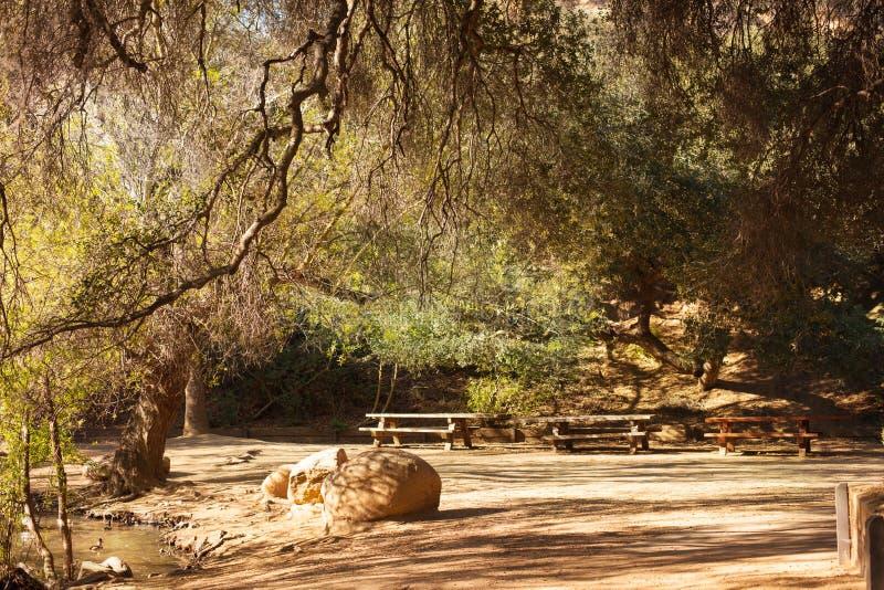 Fridsam Franklin Canyon vandring i Beverly Hills, Kalifornien Parkera består av 605 tunnländer och lokaliseras på royaltyfri fotografi