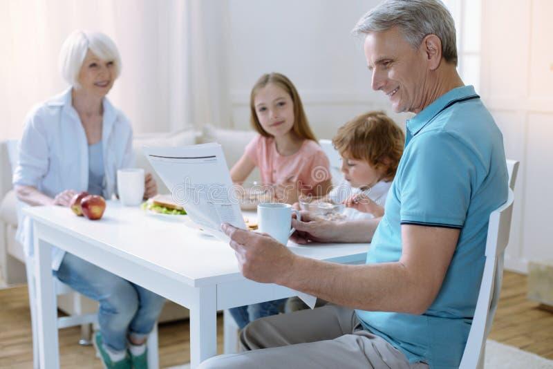 Fridsam frukost i en stor familj arkivfoton