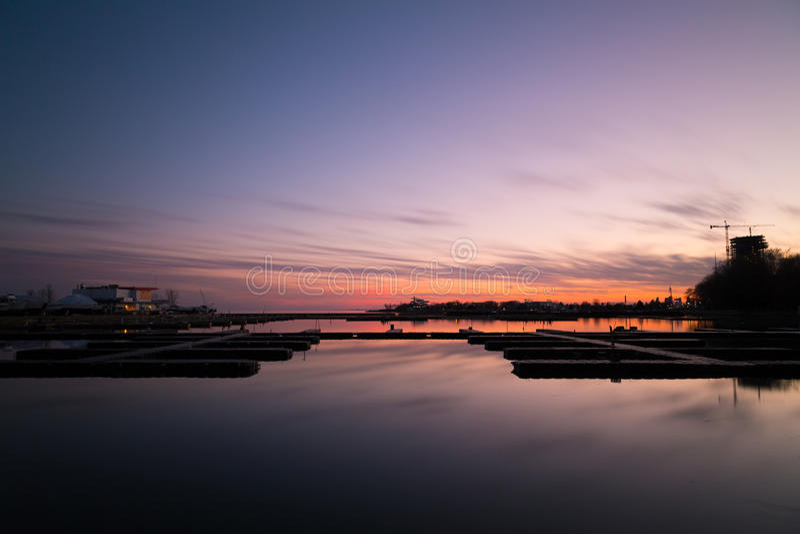 Fridsam hamn på solnedgången royaltyfria bilder