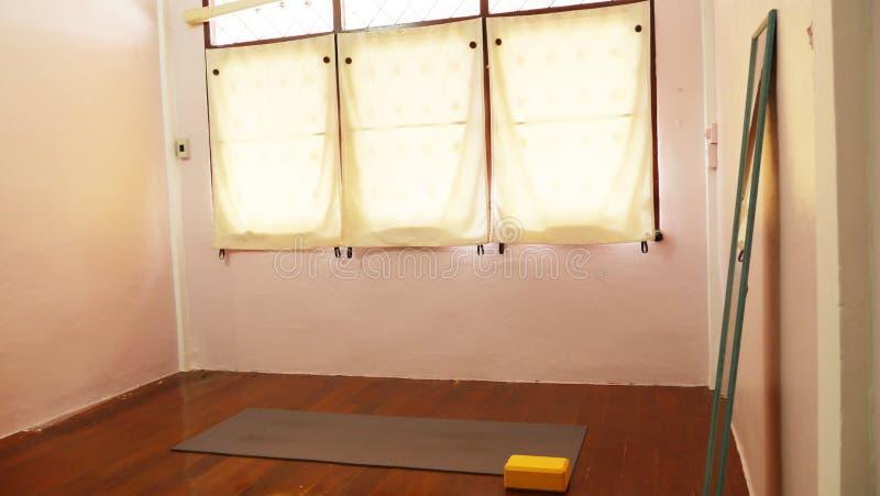 Fridsam hem- studioyoga med det matta glass fönstret arkivfoto